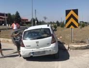 Otomobil Kaldırıma Çarptı