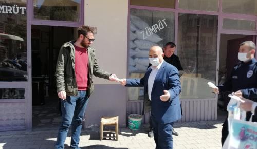 Bayat Belediyesi Esnaf ve Vatandaşlara Maske Dağıttı